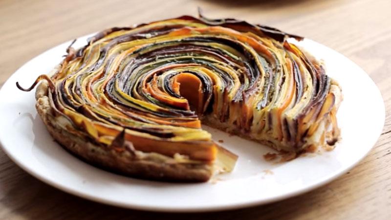 Oto kolorowa warzywna tarta, która nie tylko świetne smakuje, ale też fantastycznie wygląda. Musicie jej spróbować!