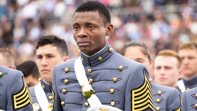 To zdjęcie amerykańskiego kadeta poruszyło miliony ludzi na całym świecie. Nie uwierzysz, dlaczego płacze!