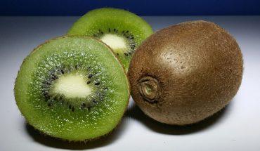 Jak obrać kiwi ze skórki w zaledwie trzy sekundy? Zdradzamy zaskakująco prosty sposób, który działa również na inne owoce!