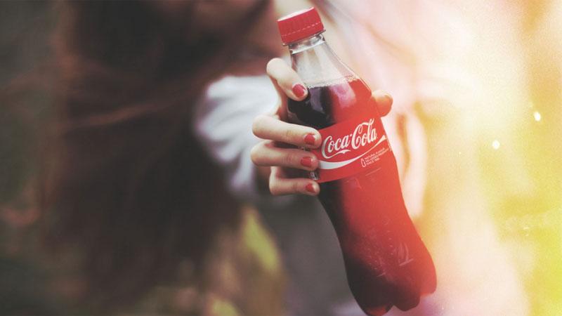 Znacie sztuczkę z Coca-Colą i mentosami? Zobaczcie, jak młodzi Rosjanie wykonują ją przy użyciu aż 1000 litrów czarnego napoju!