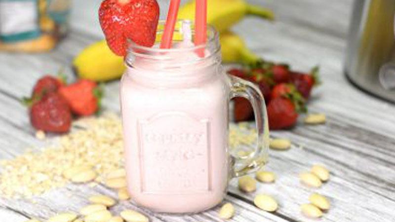 Zdrowy koktajl truskawkowy z migdałami to idealna propozycja na śniadanie przed aktywnym dniem