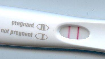 Nastolatek znalazł w łazience test ciążowy i dla żartu postanowił go sobie zrobić. Wynik totalnie go zszokował!