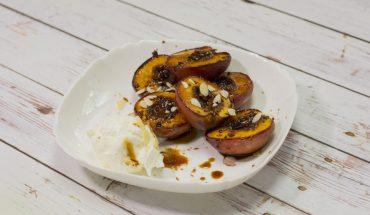 Super pomysł na łatwy, ale i wykwintny deser: pieczone nektarynki z sosem muscovado