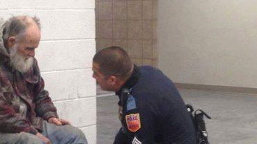 Policjant miał wyrzucić bezdomnego ze sklepu, ale zamiast tego rozbił coś, co zaskoczyło i wzruszyło wszystkich