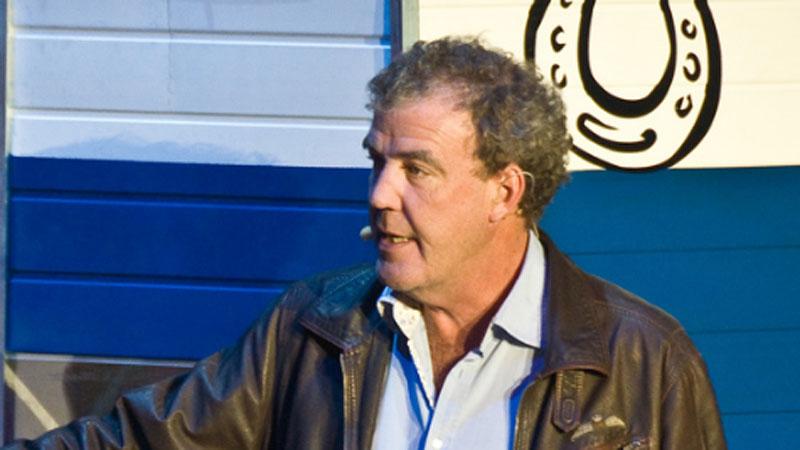 Jeremy Clarkson o mechanice pojazdów wie niemal wszystko, ale ma kłopot ze złożeniem zwykłego kartonowego pudełka!