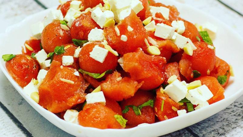 Orzeźwiająca sałatka arbuzowa z dodatkiem mięty i bazylii. Zachwycisz się jej smakiem!