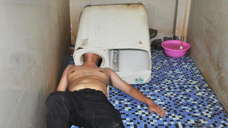 Chciał naprawić pralkę... Chwilę później, sam potrzebował pomocy!