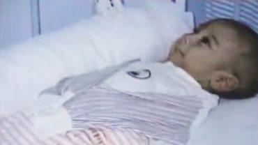 Ten noworodek został porzucony. Gdy pielęgniarki zajrzały pod kocyk, którym był okryty, wzruszenie odebrało im mowę!