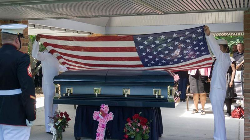 Bezdomna kobieta zmarła w samotności, ale na jej pogrzeb przyszły tłumy!