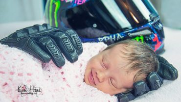 Fotograf kładzie rękawice i kask motocyklisty obok główki dziecka. To, co się za tym kryje łamie serce