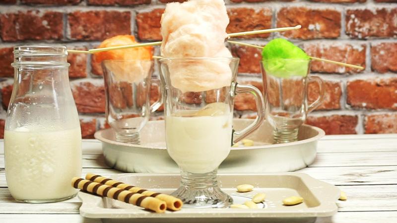 Mrożona kawa z watą cukrową. Zaskocz swoich znajomym i użyj jej do posłodzenia zamiast cukru!