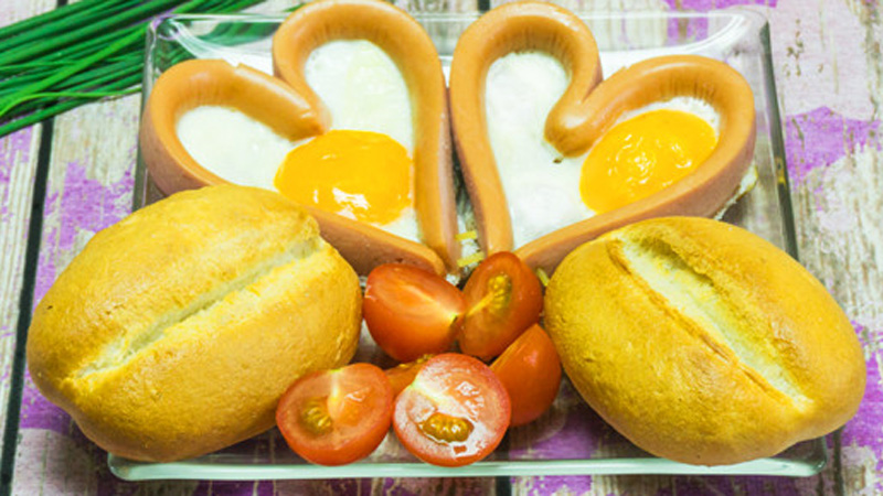 Sadzone jajka w parówkowych serduszkach. Zobacz prostą, a zarazem smakowitą propozycję śniadaniową!