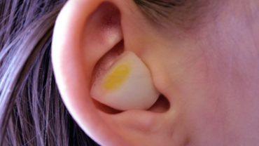 Szalone, ale skuteczne! Ludzie wkładają ząbki czosnku do uszu i przekonują, że to pomaga!