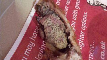 Po tym, co inni ludzie znaleźli w jedzeniu z KFC nigdy nie skorzystam z ich usług! Paskudztwo!