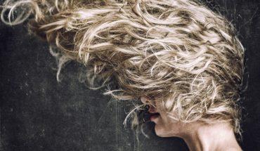 Prosty przepis na tani domowy suchy szampon. Dzięki niemu Twoja fryzura już zawsze będzie wyglądała świeżo!