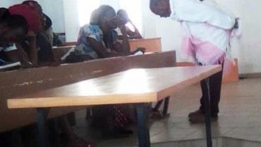 Matka przynosi swoje dziecko na egzamin. Przyjrzyj się reakcji profesora i zobacz, co ma na plecach!