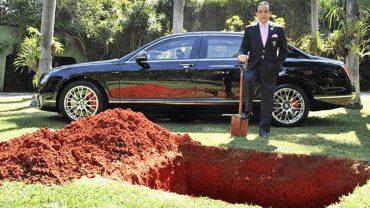 Milioner zakopał w grobie luksusowego Bentleya. Ludzie szybko go skrytykowali, jednak nie znali całej prawdy