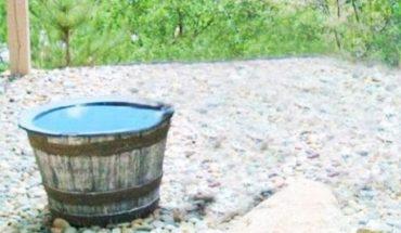 Zainstalował kamerę, by się dowiedzieć, dlaczego woda z tej bali ciągle znika. Co zarejestrowała? Nie uwierzysz!