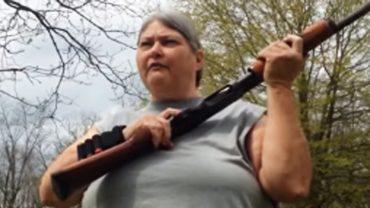 Była wściekła, że jej dzieci są nieposłuszne i aroganckie. Złapała za strzelbę i rozwiązała problem w mgnieniu oka!