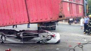 Ten zgnieciony samochód wygląda przerażająco, ale to, co znaleźli w nim ratownicy, jest niewiarygodne!