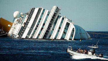 Costa Concordia przez dwa lata tkwiła w morzu. Zobaczcie, jak po tym czasie wygląda wnętrze statku