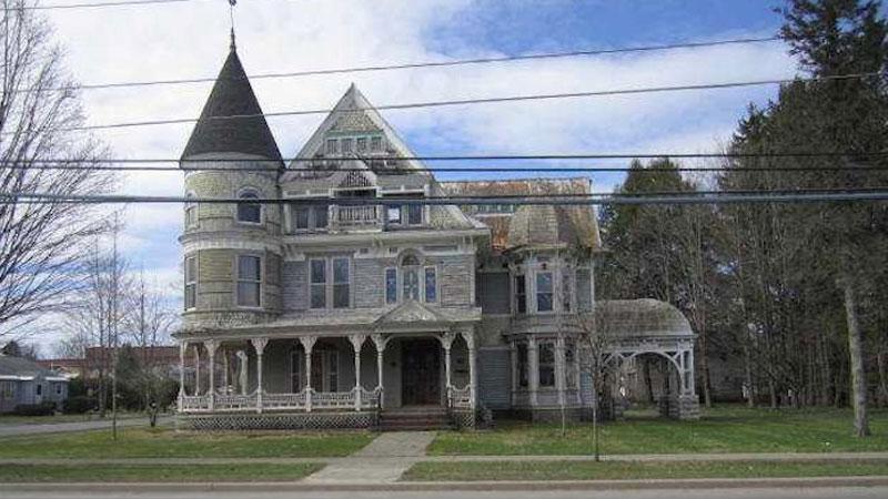 Ten zabytkowy i elegancki dom kosztuje zaledwie 105 tysięcy dolarów. Gdzie tkwi haczyk?