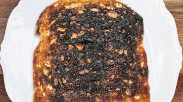 Kobieta podaje przypalone tosty mężowi. Jego reakcja totalnie zszokowała ich dziecko!