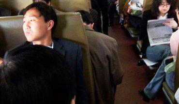 Pasażerowie pociągu byli zdenerwowani dziwnym zachowaniem młodego mężczyzny. Gdy poznali prawdę, żaden z nich nie odważył się już go skrytykować!