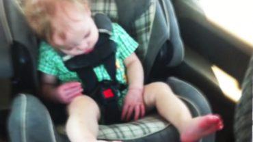 Zastanów się dwa razy, zanim włożysz dziecko do takiego fotelika. Ten błąd kosztował je życie!