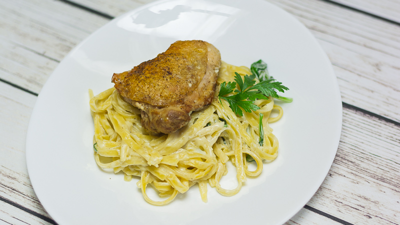 Parmezanowe linguine ze szpinakiem i kurczakiem