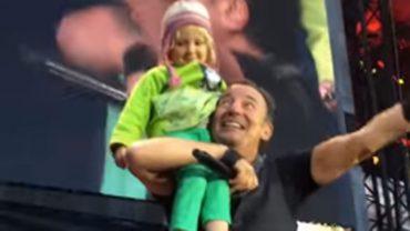 Bruce Springsteen zaprosił na scenę swoją 4-letnią fankę. Na pewno oboje na długo nie zapomną tego koncertu