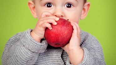 Podeszła do synka i poprosiła go, aby poczęstował ją jabłkiem. Jego odpowiedź ogromnie ją zasmuciła…