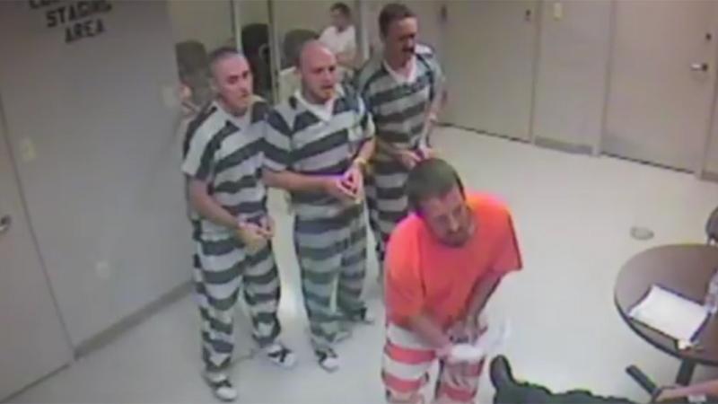 Więźniowie wyłamali zamek i uciekli z celi... by pomóc strażnikowi!