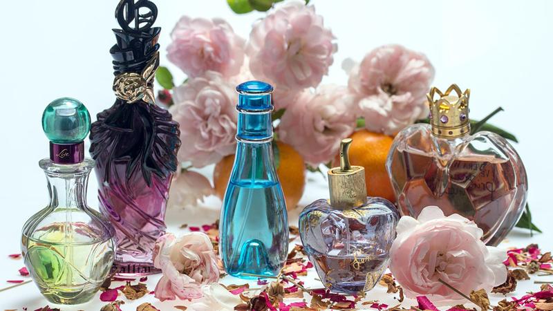 9 sposobów, jak odróżnić podrabiana perfumy od prawdziwych