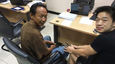 Bezdomny zgłosił się na komisariat, żeby oddać znaleziony portfel. Nagroda, jaką otrzymał, odmieniła jego życie o 180 stopni!