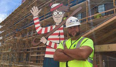 Jason Haney znalazł oryginalny sposób, by sprawić chorym dzieciom trochę radości, a pomaga mu w tym kartonowy Wally