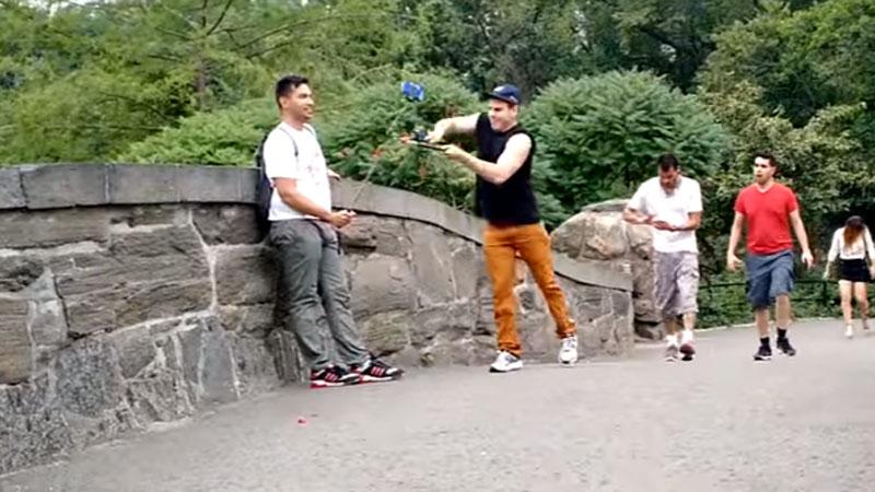 Pewien nowojorczyk zirytowany plagą osób robiących selfie z kijka, postanowił nieco uprzykrzyć im życie