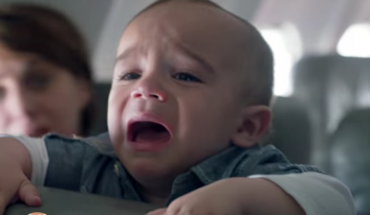 Mężczyzna siedział w samolocie niedaleko kobiety, której dziecko cały czas płakało. Nie wytrzymał i podszedł do niej…