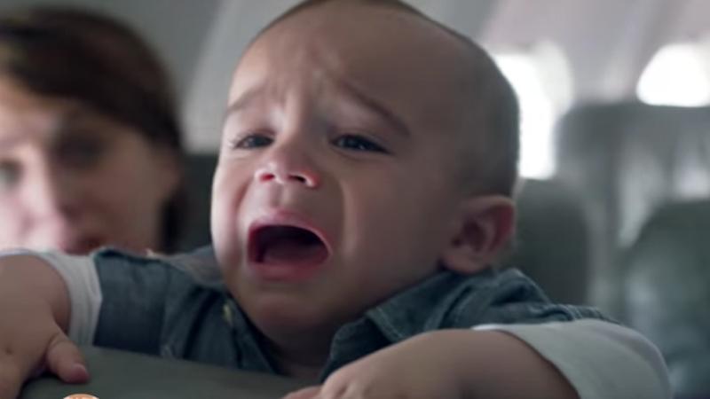 Mężczyzna siedział w samolocie niedaleko kobiety, której dziecko cały czas płakało. Nie wytrzymał i podszedł do niej...