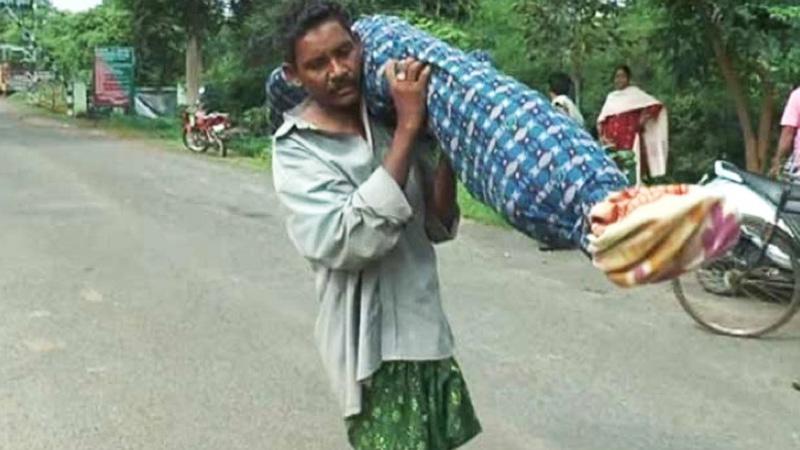 Żona tego biednego człowieka zmarła a szpital odmówił transportu jej ciała do kostnicy. Mąż zrobił coś, co poruszyło wszystkich