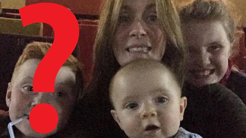 W sali zabytkowego kina kobieta robi sobie zdjęcie z dziećmi, ale na fotografii pojawia się ktoś jeszcze...