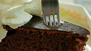 Okazuje się, że jedzenie tortu czekoladowego na śniadanie jest świetnym pomysłem!