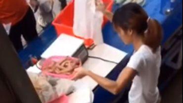 Ta dziewczyna sztukę oszukiwania klientów opanowała do perfekcji. Uważajcie na azjatyckich sprzedawców z targów i bazarów