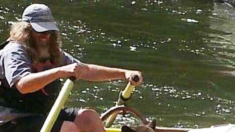 Płynął pontonem przez rzekę, gdy dostrzegł, że coś porusza się w krzakach. Kiedy się zbliżył, ktoś niespodziewanie skoczył w jego stronę