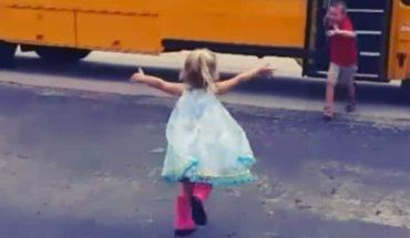 Ta mała dziewczynka codziennie czeka na swojego brata, by przywitać go, gdy tylko wróci ze szkoły
