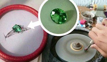 Chytra dziewczyna zażądała od chłopaka pierścionka ze szmaragdem. Nie miał pieniędzy, więc sprytnie ją oszukał