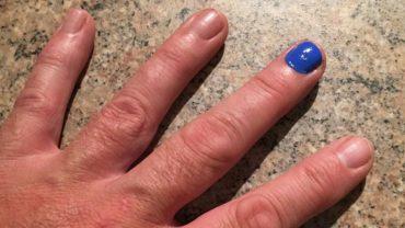 Zauważyłeś mężczyznę z jednym pomalowanym paznokciem i nie wiesz co, to oznacza? To ważniejsze niż myślisz!