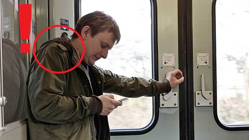 Jeśłi zachowujesz taka postawę korzystając ze smartfona, możesz mieć poważne problemy!