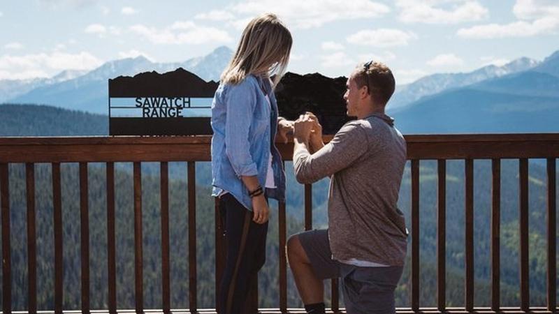 Chłopak oświadczył się jej w romantycznym miejscu. Nie pobyła jednak długo narzeczoną....
