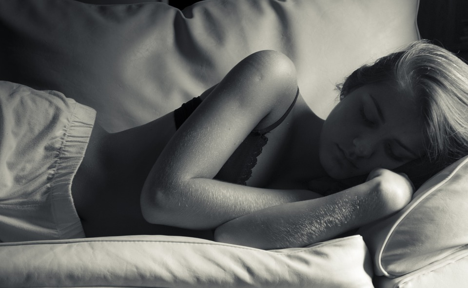 the-benefits-of-sleeping-in-the-nude-1
